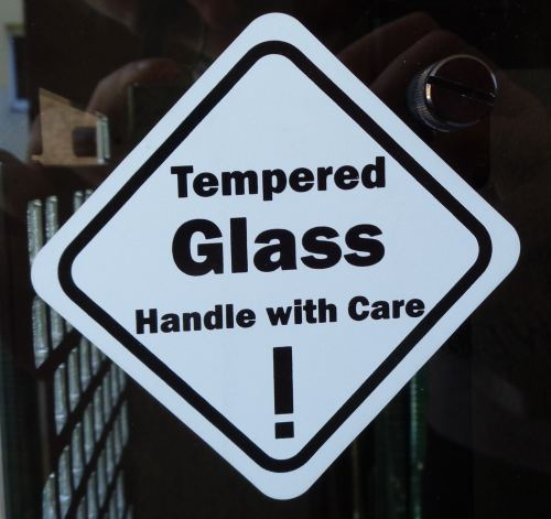 In_Win_904_glass_warning
